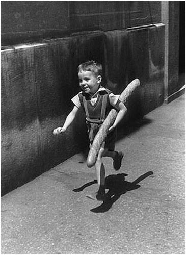 Willy-ronis-enfant-a-la-baguette