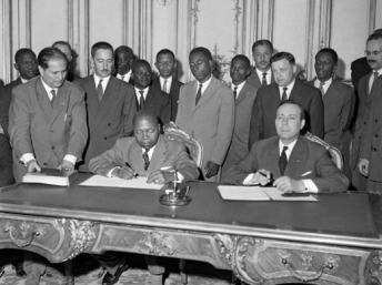 Afrique_Le-15-juillet-1960-à-Paris-le-Premier-ministre-gabonais-Léon-Mba-g-et-son-homologue-français-Michel-Debré-signent-un-accord-sur-lindépendance-du-Gabon