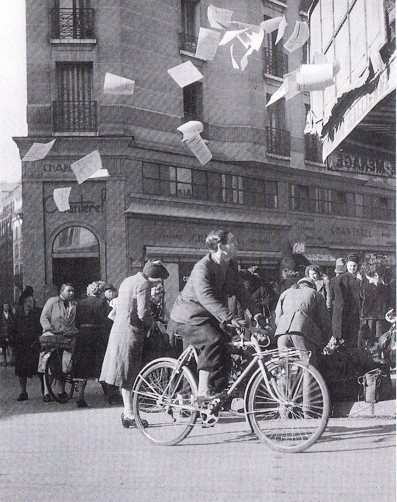 Photographie - Lanceur de tracts Paris 1944