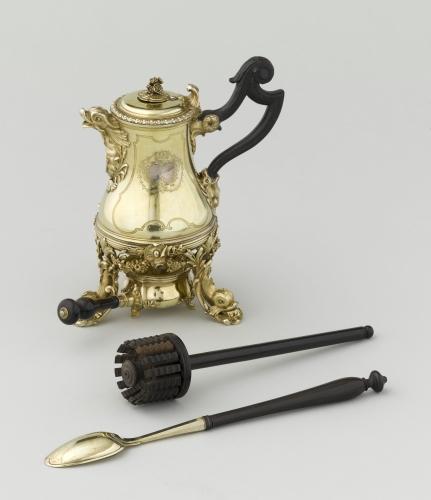 Chocolatiere-de-la-reine-Marie-Leczinska.-Paris-1729-1730.-Henri-Nicolas-Cousinet.-Paris-musee-du-Louvre_gallery_carroussel